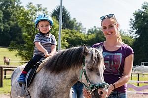 Ponyreiten auf dem Reitplatz